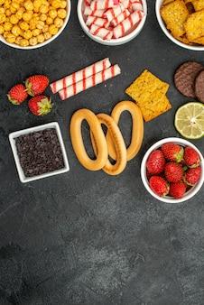 Bovenaanzicht verschillende etenswaren crackers fruit en snoep