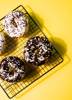 Bovenaanzicht verschillende geglazuurde donuts