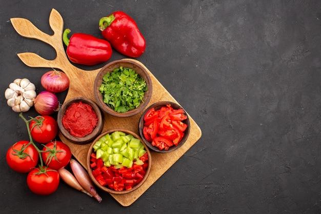 Bovenaanzicht verschillende groenten met greens op grijze achtergrond salade maaltijd gezondheid rijp pittig