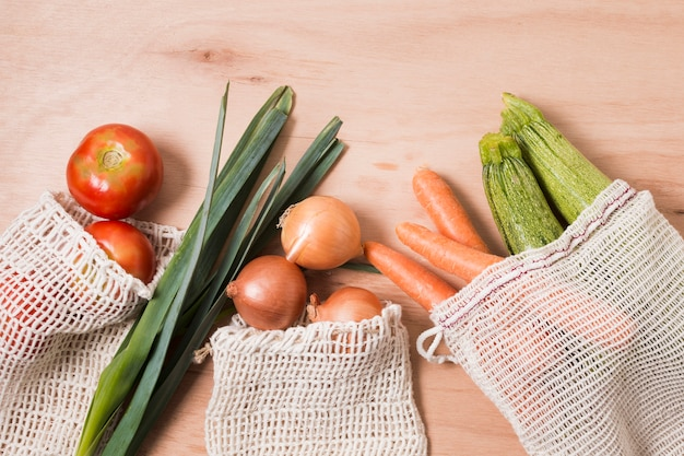 Bovenaanzicht verschillende groenten op houten achtergrond