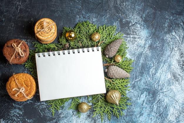 Bovenaanzicht verschillende heerlijke kerstkoekjes en notebook