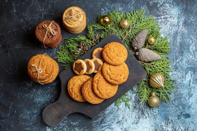 Bovenaanzicht verschillende heerlijke kerstkoekjes