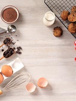 Bovenaanzicht verschillende ingrediënten voor het bakken van voorbereiding op bruin marmeren tafel met kopie ruimte voor tekst