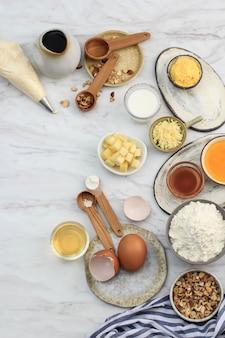 Bovenaanzicht verschillende ingrediënten voor het bakken van voorbereiding op marmeren tafel, met kopie ruimte voor tekst