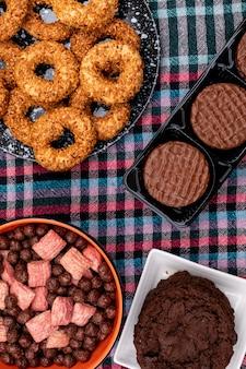 Bovenaanzicht verschillende koekjes en granen ballen op donkere ondergrond