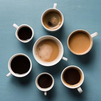 Bovenaanzicht verschillende kopjes koffie arrangement