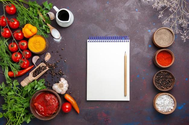 Bovenaanzicht verschillende kruiden met groenten en groenten op de donkere ruimte