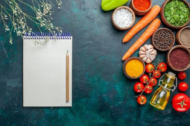 Bovenaanzicht verschillende kruiden met verse tomaten op donkergroene oppervlakte ingrediënt product maaltijd voedsel groenten