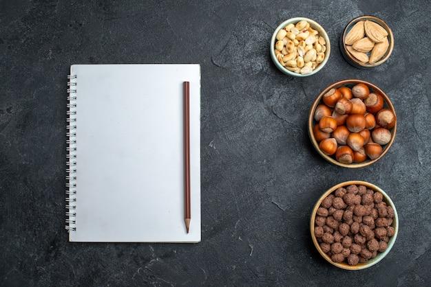 Bovenaanzicht verschillende noten hazelnoten en pinda's op grijze achtergrond noten snack walnoot voedselplant