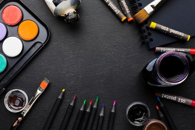 Bovenaanzicht verschillende penselen en kleurpotloden