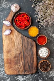 Bovenaanzicht verschillende smaakmakers met knoflook op lichtgrijze tafel