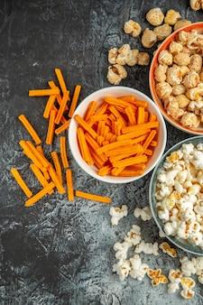 Bovenaanzicht verschillende snacks voor filmtijd op een donkere ondergrond