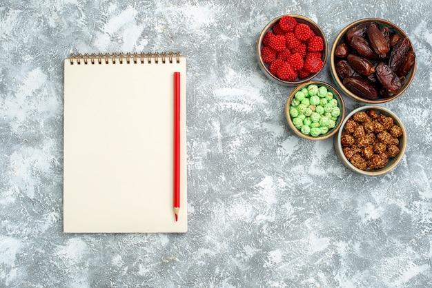 Bovenaanzicht verschillende snoepjes met noten op witte ruimte