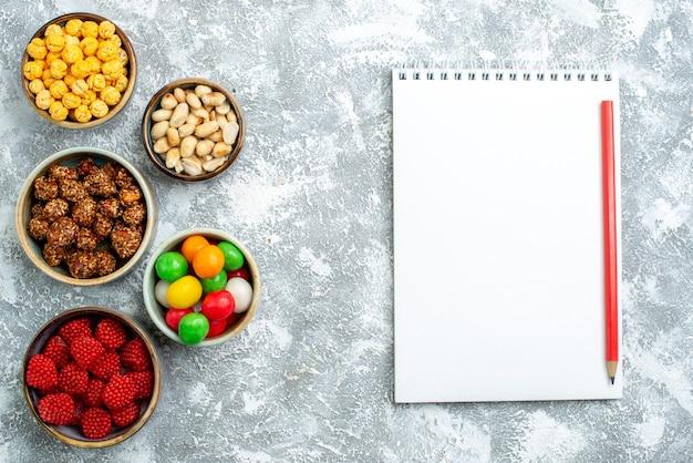Bovenaanzicht verschillende snoepjes noten en confitures op witte ruimte