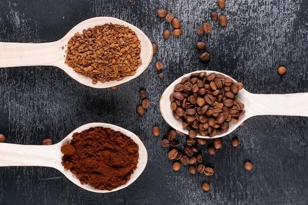 Bovenaanzicht verschillende soorten koffie op een donkere ondergrond