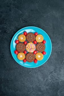 Bovenaanzicht verschillende suikerkoekjes binnen plaat op grijs oppervlak kandijsuiker zoete thee koekjes koekje
