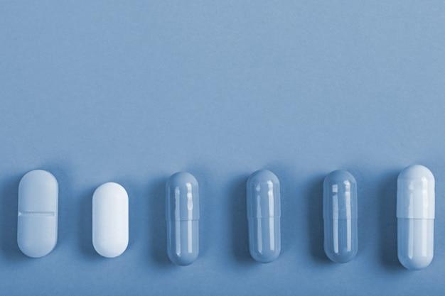 Bovenaanzicht verschillende tabletten capsules op getinte achtergrond