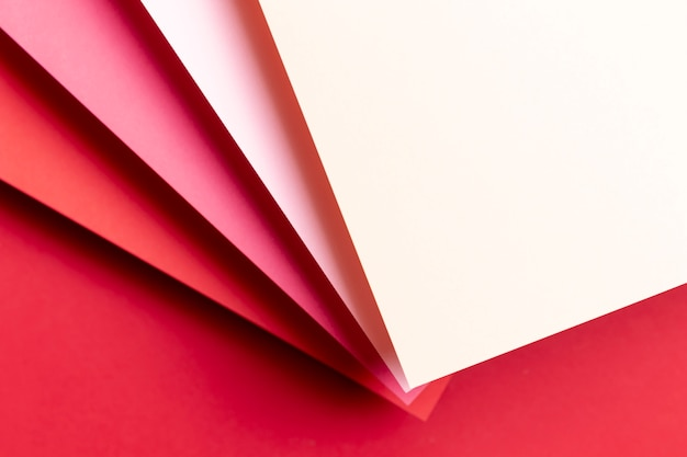 Bovenaanzicht verschillende tinten rood papier