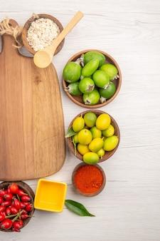 Bovenaanzicht verschillende vers fruit binnen platen op de witte achtergrond tropische rijpe kleur dieet exotisch gezond leven