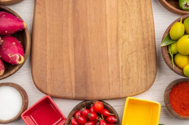 Bovenaanzicht verschillende vers fruit binnen platen op witte achtergrond tropisch gezond leven kleur dieet exotisch