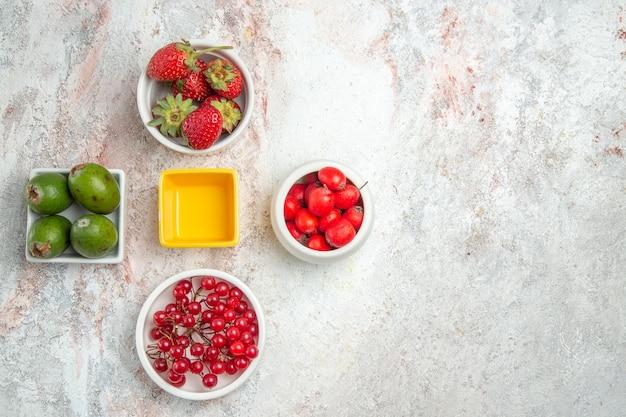 Bovenaanzicht verschillende vers fruit met feijoas op witte tafel fruit kleur verse vitamine