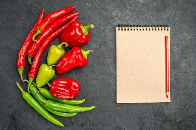 Bovenaanzicht verschillende verse paprika pittige planten