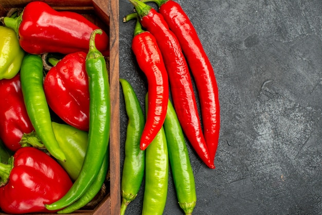 Bovenaanzicht verschillende verse paprika's