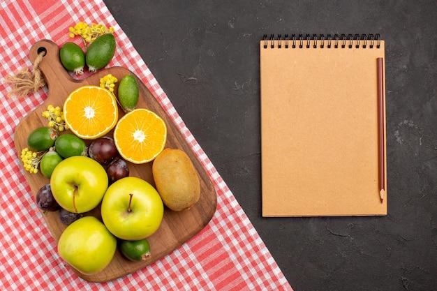 Bovenaanzicht verschillende vruchten samenstelling rijp en zacht fruit op de donkere achtergrond fruit rijpe boom mellow