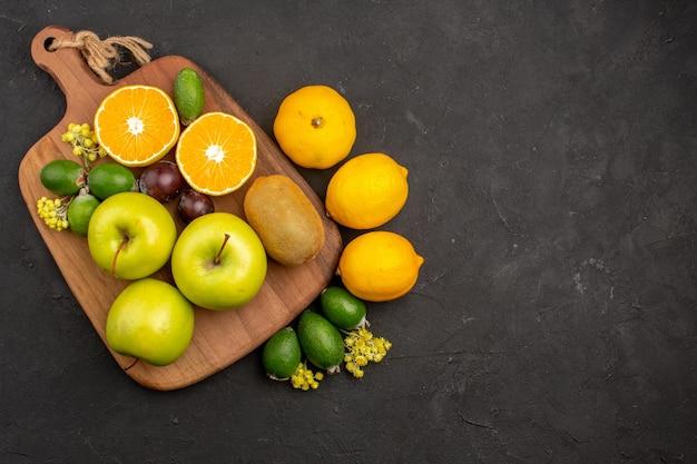 Bovenaanzicht verschillende vruchten samenstelling rijp en zacht fruit op de donkere achtergrond fruit rijpe boom verse mellow