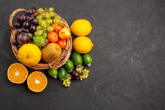 Bovenaanzicht verschillende vruchten samenstelling rijp en zacht fruit op donkere achtergrond dieetvruchten zacht rijp vers