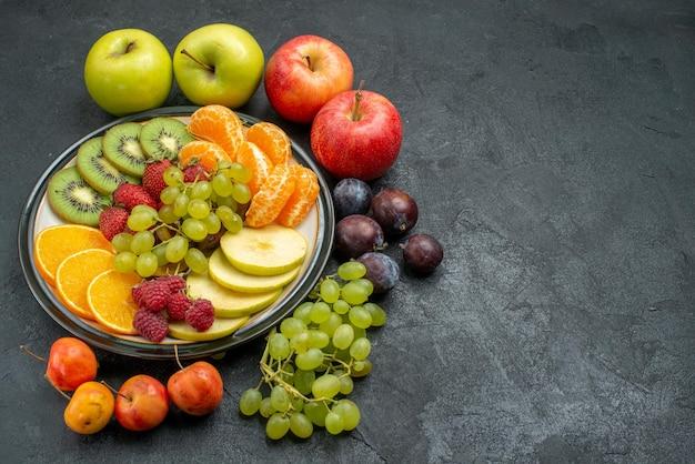 Bovenaanzicht verschillende vruchten samenstelling vers en rijp op donkere achtergrond zacht fruit gezondheid rijp