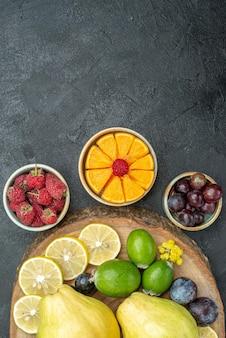 Bovenaanzicht verschillende vruchten samenstelling vers en rijp op donkergrijze achtergrond rijp fruit gezondheid plant zachte kleur