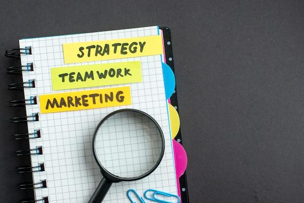 Bovenaanzicht verschillende zakelijke notities in blocnote op donkere achtergrond zakelijk werk teamwerk leiderschap plan strategie werk marketing