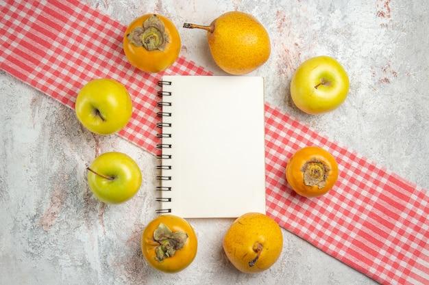 Bovenaanzicht verse appels met kaki op witte tafel fruit bessen boom gezondheid