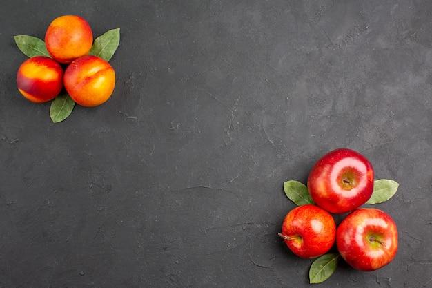Bovenaanzicht verse appels met perziken op donkere tafelkleur rijp fruit