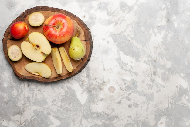 Bovenaanzicht verse appels met verse peren op lichte witte ruimte