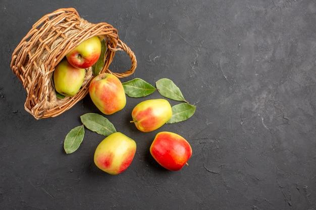 Bovenaanzicht verse appels rijp fruit in mand op de grijze tafel fruit rijp vers