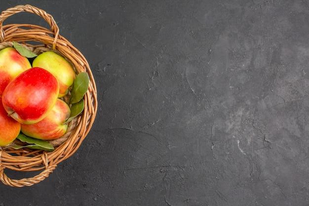 Bovenaanzicht verse appels rijp fruit in mand op grijze tafel rijp fruit vers