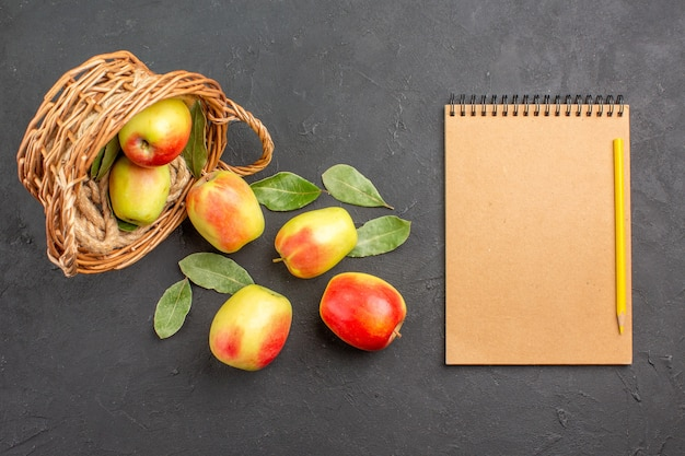 Bovenaanzicht verse appels rijp fruit in mand op grijze vloer fruit rijp vers