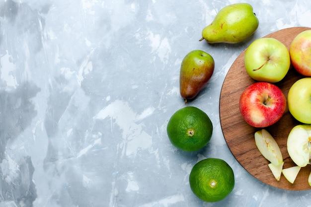 Bovenaanzicht verse appels rijp zacht fruit met mandarijn en peren op licht wit bureau
