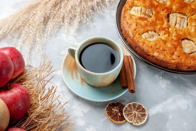 Bovenaanzicht verse appels zacht en rijp met appeltaart en thee op witte vloer fruit zachte sap rijpe kleur