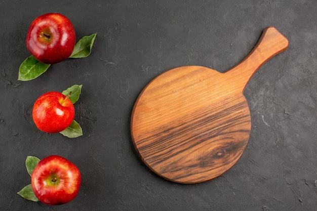 Bovenaanzicht verse appels zacht fruit op een donkere tafel rijp fruit rood vers