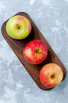 Bovenaanzicht verse appels, zacht fruit op het lichtwitte oppervlak