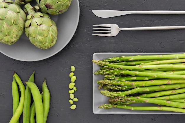 Bovenaanzicht verse asperges op een tafel
