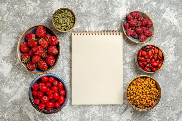Bovenaanzicht verse bessen fruit in platen op witte achtergrond