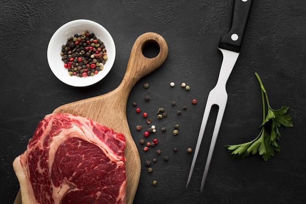 Bovenaanzicht verse biefstuk op de tafel klaar om te worden gekookt