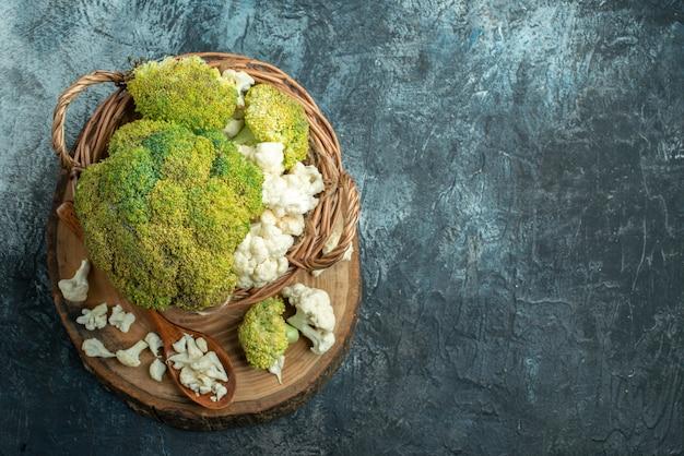 Bovenaanzicht verse bloemkool in mand op de lichtgrijze tafel