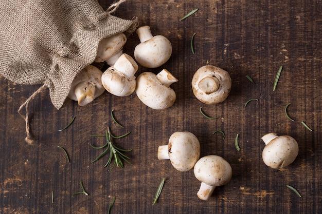 Bovenaanzicht verse champignons arrangement