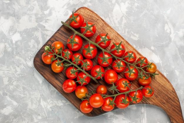 Bovenaanzicht verse cherry tomaten rijpe groenten op witte ondergrond