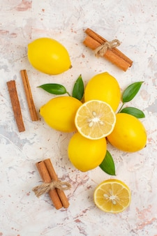 Bovenaanzicht verse citroenen gesneden citroen kaneelstokjes op helder geïsoleerd oppervlak